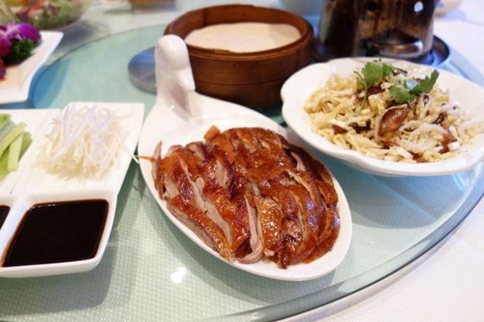 Fırında pişirilerek servis edilen Pekin ördeği oldukça leziz bir Çin yemeğidir.