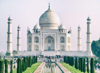 Agra şehrinde ve Jumma nehrinin kenarına inşa edilmiş Tac Mahal, tarihe tanıklık eden özel bir yapıdır.