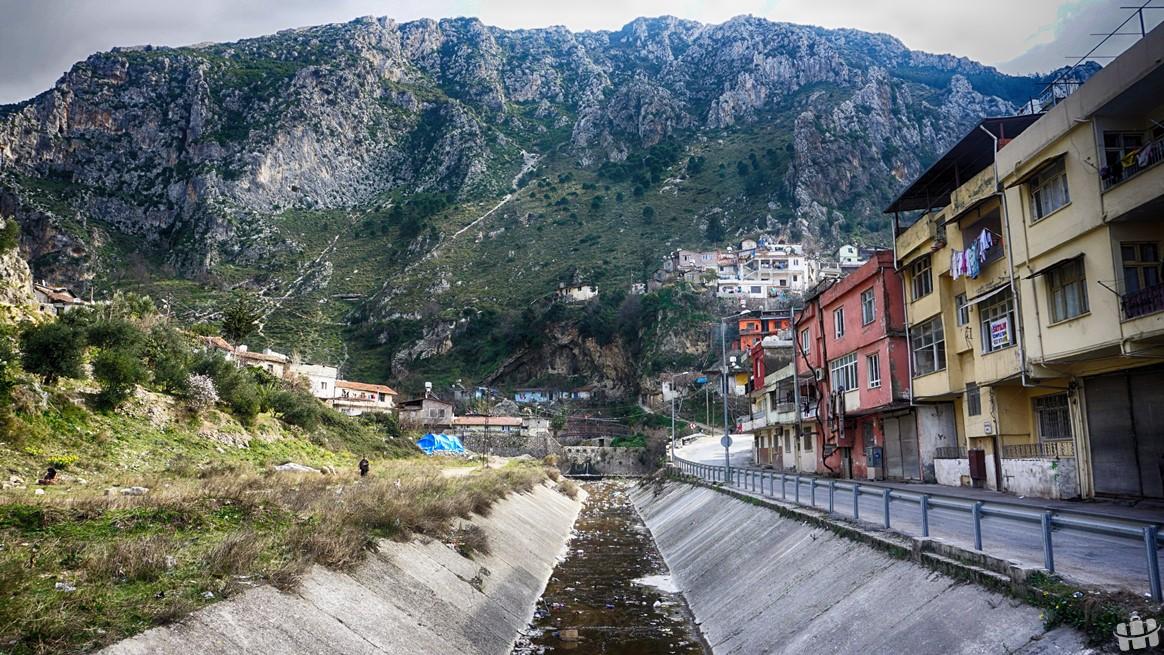 Habib-i Neccar dağlarının heybetli görüntüsü şehre farklı bir hava katmaktadır.