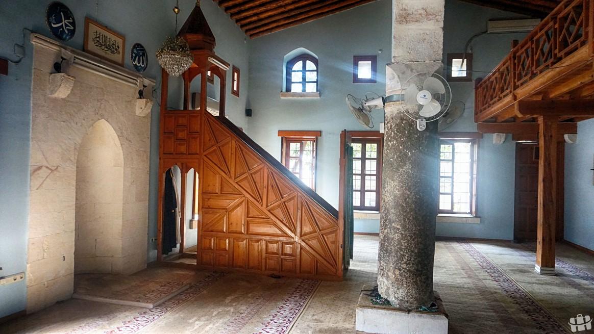 Hatay'da bulunan Sarımiye Camisi eski bir yapıdır. Minaresi kapı üstü farklı bir mimaridir.