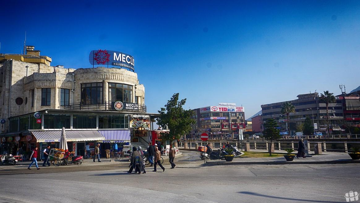 Hatay şehir merkezini Asi Nehri ikiye ayırıyor. Vali göbeği yani Cumhuriyet Meydanı şehrin merkezi.