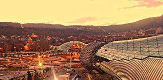 Kura ırmağının her iki yakasında kurulu olan Tiflis Gürcistan'ın başkenti ve aynı zamanda en büyük şehridir.