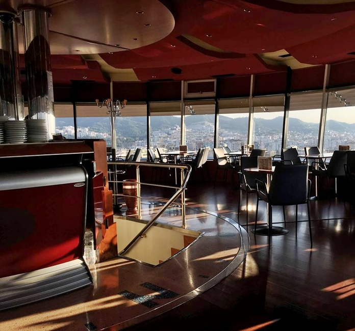 Sky Tower Bar, Tiran