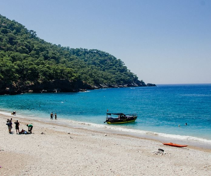 Tatil yerlerine oldukça yakın mesafede bulunan bu özel koy çevresinde dilerseniz kamp kurarak güzel bir deniz tatili yapabilirsiniz.