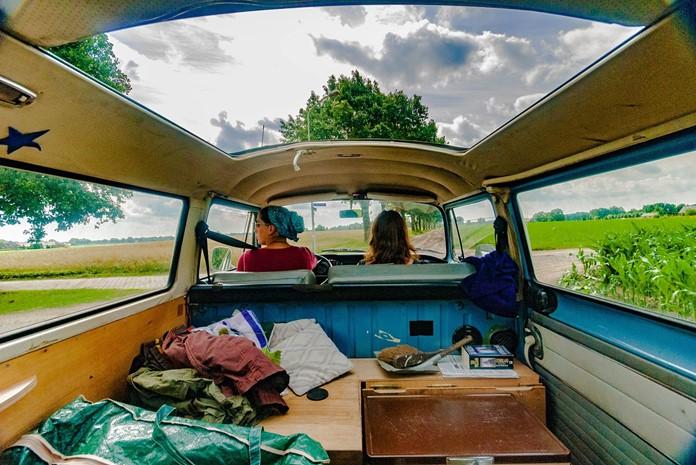 Çocuklu ailelerin özel araç veya karavanlarıyla çıkacakları yol gezileri keyifli bir seyahat deneyimidir.