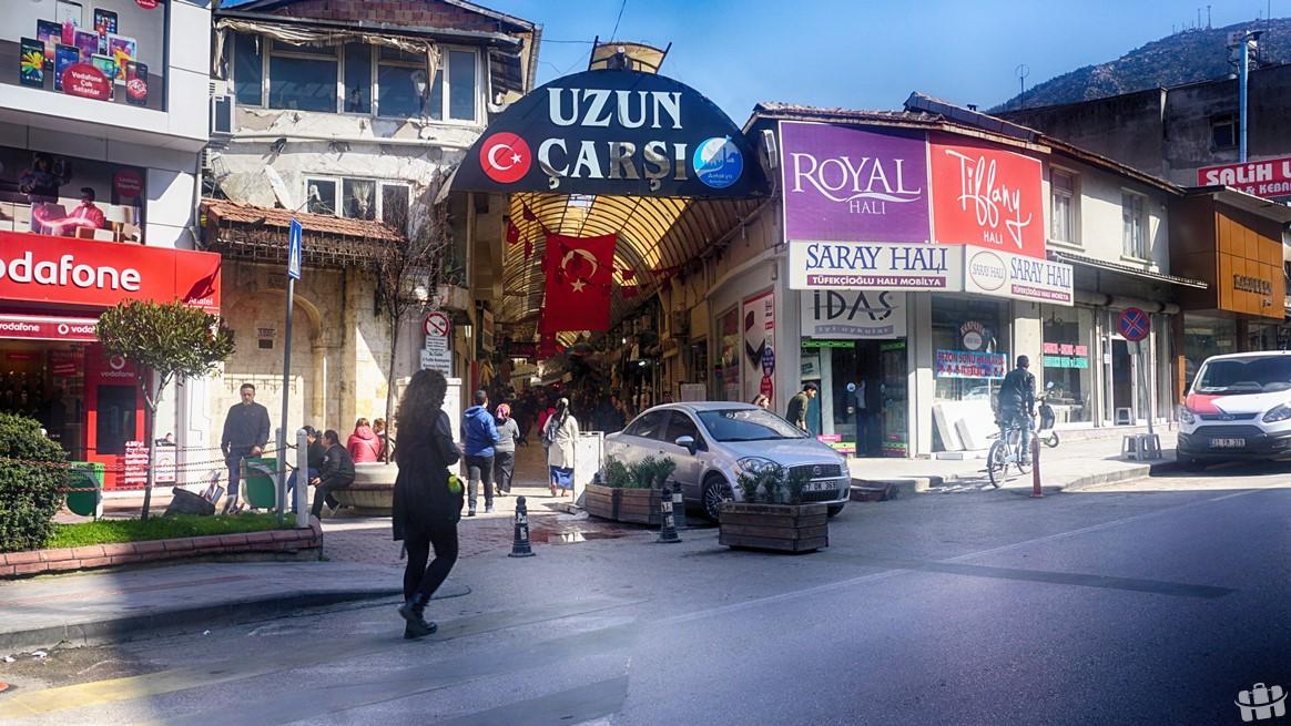 Hatay'da bulunan uzun çarşı şehrin alışveriş yapılan rengarenk yerlerinden biridir.