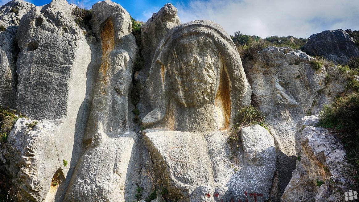 St. Pierre Kilisesi yakınlarında taşa oyulmuş Meryem Ana heykeli bulunmaktadır.