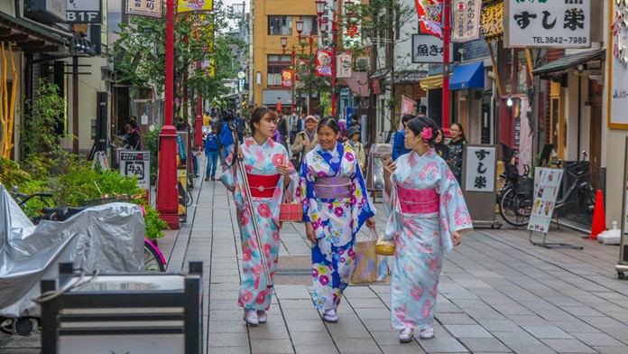 Yolda olmak farklı kültürleri ve yeni insanları tanımaya fayda sağlar. Resimde Kore geleneksel kıyafetli insanlar var.