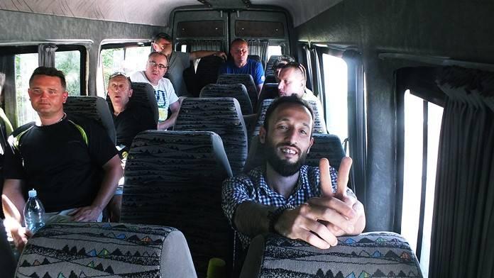 Yerel toplu taşıma ile seyahat.