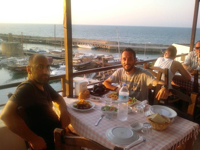 Girne Limanı'na Karşı Akşam Yemeği