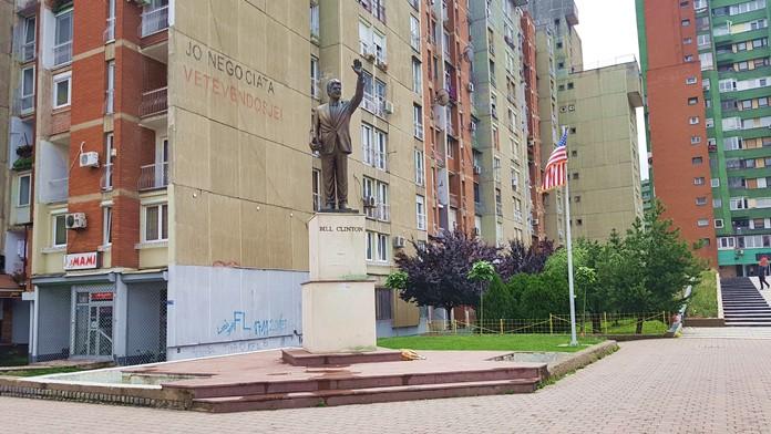 Bill Clinton Anıtı, Priştine