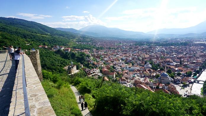 Prizren Kalesi'nden şehir manzarası.